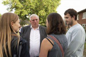 Karl-Josef Laumann im Gespräch mit Studierenden – von denen er neben Zustimmung auch manche Kritik erhielt (Foto: FZ /Christ)