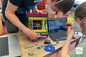 """Azubi Sven Raßmann (links) und Student Jesse Kossmann bauen hier den Teilchendetektor """"ALICE"""" aus LEGO-Steinen nach (Foto: Jasmin Reghat)"""