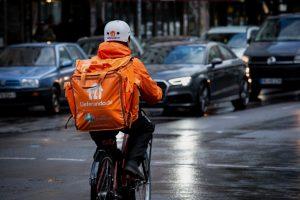 Bei Wind und Wetter unterwegs: Fahrrad-Kuriere bei Lieferando arbeiten zu niedrigen Löhnen und unter hoher Belastung, kritisiert die Gewerkschaft NGG. (Foto: NGG)
