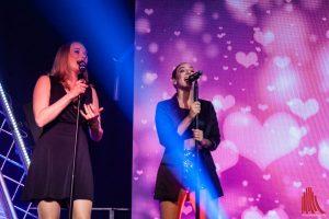 Linda Lulka (re.) und Karolin Konert verstärken die Liveband als Background-Sängerinnen. (Foto: Stephan Günther)