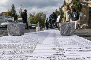 """Die ausgerollte """"Liste der Toten"""", hier bei einer älteren Aktion vor dem Dom. (Foto: Berg-Birkner)"""