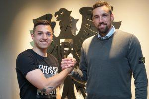Neuzugang Luca Schnellbacher und Malte Metzelder, Geschäftsführer Sport, besiegeln die Zusammenarbeit. (Foto: SC Preußen Münster)