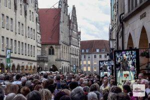 Vier große Monitore waren nötig, damit die vielen Sänger den Dirigenten auch sehen konnten. (Foto: Ralf Clausen)