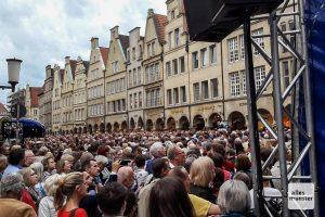 Tausende Musikfans waren zum Prinzipalmarkt gekommen, um dem Sinfonieorchester Münster und einem Chor aus über 600 mateursängern zu lauschen. (Foto: Ralf Clausen)