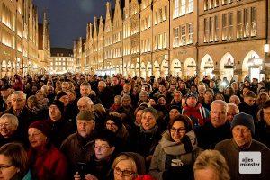 Am zweiten Advent versammeln sich traditionell viele Weihnachtslieder-Fans auf dem Prinzipalmarkt. (Archivbild: Michael Bührke)