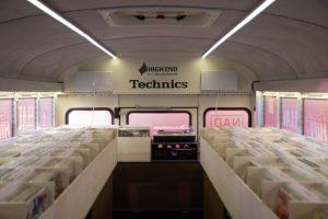 3.500 neue und gebrauchte Schallplatten werden im Vinyl Bus angeboten. (Foto: VISIONS Events)