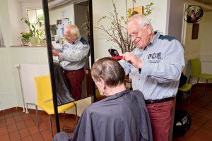 Friseurmeister Josef Kontrup weiß, dass Haareschneiden für die Besucher des Treffpunkts mehr ist als ein Pflichttermin. (Foto: Pressefoto)