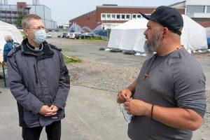 Weihbischof Dr. Stefan Zekorn (l.) im Gespräch mit Matthias Eichbauer (r.). (Foto: Alexianer)