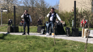 """Im Garten des Johanniter Stifts sangen """"Die Silvanas"""" für die Bewohner beim """"Hof-Konzert"""". (Foto: Gerald Wissel)"""