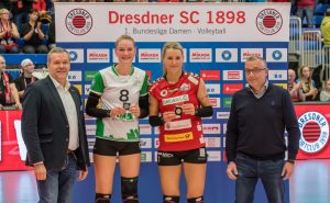 Die MVP-Auszeichnung nach dem Spiel gab es für Lina Alsmeier vom USC (2. v. l.) und Mareen von Römer vom Dresdner SC (2. v. r.). (Foto: Dirk Michen)