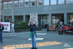 Mit Schildern und Transparenten kamen die Demonstrierenden zum Stadthaus am Ludgeriplatz. (Foto: Philipp Schröder)