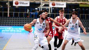 Topscorer Marck Coffin und der Spieler des zweiten Viertels Helge Baues behaupten sich gegen Ex-WWU-Baskets-Spieler Marco Porcher. (Foto: Markus Holtrichter)