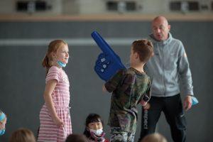 """Anti-Gewalt-Training von """"Respect-in-school"""" an der Martinischule in Münster: Die Stopp-Hand hilft Groß und Klein, sich in Konflikten zu behaupten. (Foto: Jean-Marie Tronquet/münsterview)"""