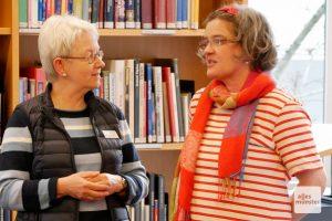 Marion Lohoff-Börger (r.) im Gespräch mit Birgit Mazassek von der Stadtbücherei Münster. (Foto: Ralf Börger)