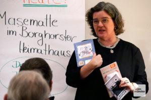 Die Autorin mit einer Auswahl ihrer Bücher. (Foto: Ralf Börger)