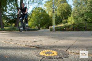 Überall in der Stadt finden sich die hilfreichen Asphaltkleckse (Foto: Michael Bührke)