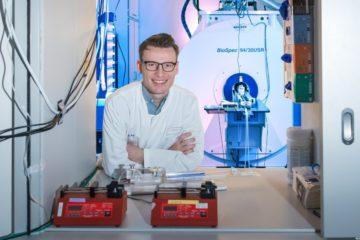 Dr. Max Masthoff vor einem Kleintier-MRT-Gerät. (Foto: WWU/Erk Wibberg)