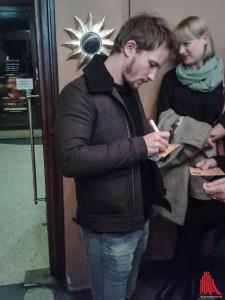 Hauptdarsteller Mathieu Spinosi gibt Autogramme nach der Premiere. (Foto: ar)