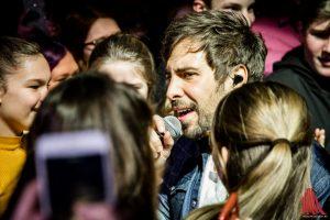 Max Giesinger sucht den Kontakt zu seinen Fans bei einer Runde durch den Innenraum. (Foto: Claudia Feldmann)
