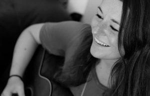 Hanna Meyerholz aus Münster spielt beim Treibgut. (Foto: Szenestreifen)