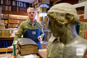 Antiquar Michael Solder in seinem Laden an der Frauenstraße. (Foto: Michael Bührke)