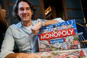 Mark Krasemann ist Projektleiter bei der Handelsagentur Nicolas Rose. Für das Jahr 2020 plant das Telgter Unternehmen eine Neuauflage des begehrten Münster-Monopoly. (Foto: Marc Geschonke)