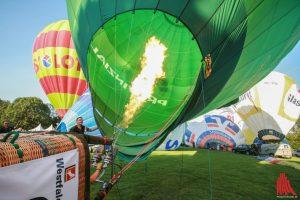 Die Piloten machen ihre Heißluftballone bei der 45.Montgolfiade startklar für die Wettfahrten. (Foto: rwe)