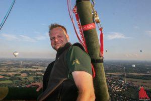 Pilot Moritz Wieczorek steuert seinen Ballon sanft über die Dächer Münsters hinweg in den Abendhimmel. (Foto: rwe)