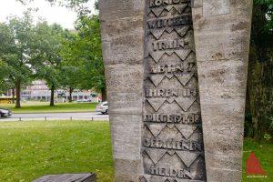 Das benachbarte Train-Denkmal und das Stadthaus 2 mit der Ausländerbehörde im Hintergrund. (Foto: Michael Bührke)