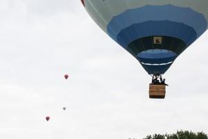Junge UKM-Patienten bei ihrer ersten Fahrt in einem Heißluftballon. (Foto: Marek Reiners)
