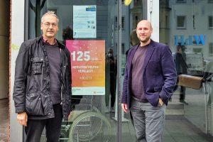 Bezirksbürgermeister Dr. Nonhoff (li.) und Hausleiter Thomas Mühlbauer vor dem HdW. (Foto: Nonhoff)