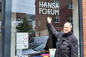 Nonhoff vor dem Büro und den Gemeinschaftsräumen des Hansa-Forums. (Foto: Nonhoff)