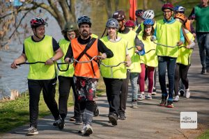 Die Schülerinnen und Schüler der Erna-de-Vries-Schule, allen voran deren Lehrer Victor David Senders (vorne re.), trainieren das Nordic Cycling am Ufer des Aasees. (Foto: Michael Bührke)