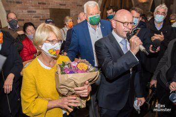 Begleitet von seiner Frau bedankte sich Markus Lewe (mit Mikrofon) bei den Wählern und bei seinem Team. Hinter ihm: Moderator Jochen Temme. (Foto: Thomas Hölscher)