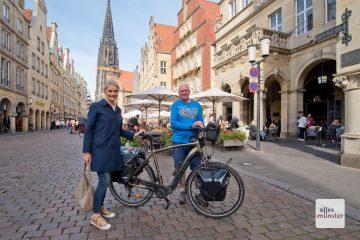 Oli Trelenberg (r.) wird von Bürgermeisterin Angela Stähler vor dem historischen Rathaus empfangen. (Foto: Bührke)