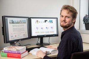 Zusammen hat Kollegen hat Patrick Ostkamp für die neue Multiple-Sklerose-Studie Daten von mehr als 2.000 Patienten ausgewertet (Foto: WWU / P. Leßmann)
