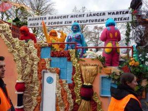 Die närrischen Weiber vom Bürgerausschuss stimmten mit bunten Figuren von Hundertwasser auf die Skulptur Projekte ein. (Foto: Närrische Weiber/ Ursula Kohake)