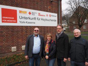 Der Lenkungsausschuss Flüchtlingshilfe (v.l.): Dirk Winter (ASB), Gudrun Sturm (DRK), Udo Schröder-Hörster (JUH), Uwe Hüging (Malteser) in der York-Kaserne. (Foto: Thiemann)