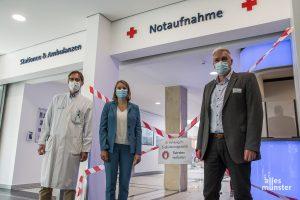 Sie haben für die Evakuierung im St. Franziskus-Hospital die Fäden in der Hand (v.l.): Prof. Dr. Christoph Bremer (Ärztlicher Direktor), Annika Wolter (Geschäftsführerin) und Leonhard Decker (Pflegedirektor). (Foto: Thomas Hölscher)