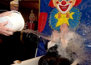 Anke Magers von den Lustigen Westfalen ist eine waschechte Präsidentin und stellt sich bei ihrer Senatorentaufe mit Bravour den kalten Fluten. (Foto: Linke)
