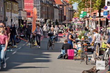 Viele Bürger nutzten das schöne Wetter, um gefahrlos über die Wolbecker Straße zu bummeln. (Foto: Bührke)