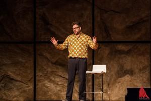 Comedian Paul Panzer erklärt die Evolution in der ausverkauften Halle Münsterland. (Foto: sg)