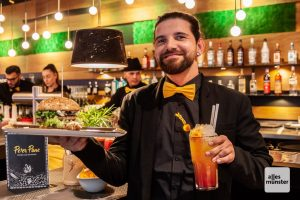 Der erste Burger am Eröffnungsabend in den Händen von Betriebsleiter Marcel Lorenz. (Foto: Stephan Günther)