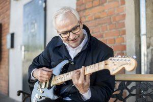 """Peter Todeskino kann nicht nur Gitarre spielen. Er verspricht auch, """"Münsters Stadtverwaltung im Vergleich zu heute besser, schneller und effizienter zu führen"""". (Foto: GRÜNE Münster)"""