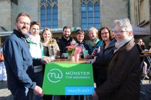 """Die Mitglieder der Initiative """"Münster für Mehrweg"""" auf dem Wochenmarkt. (Foto: ISI Münster)"""