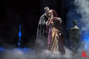 Christine (Deborah Sasson) und ihr Engel der Musik – Das Phantom der Oper (Axel Olzinger) (Foto: sg)