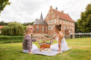 Picknicken an besonderen Orten, wie an der Burg Hülshoff. (Foto: Münsterland e.V. / Romana Dombrowski)