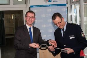 Markus Vieth vom Bau- und Liegenschaftsbetrieb (li.) übergibt den Schlüssel zur neuen Wache an den stellvertretenden Polizeipräsidenten Rainer Schieferbein. (Foto: th)