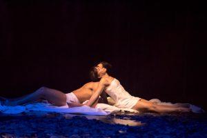 Tanztheater: Mirko de Campi und Melanie López López spielen Romeo und Julia. (Foto: Oliver Berg)