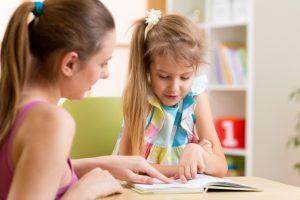 5,6 Prozent aller sechsjährigen Mädchen in Münster mussten im Jahr 2019 zum Schulbeginn nicht nur lesen, rechnen und schreiben lernen, sondern auch das richtige Sprechen. (Foto: AOK/hfr)